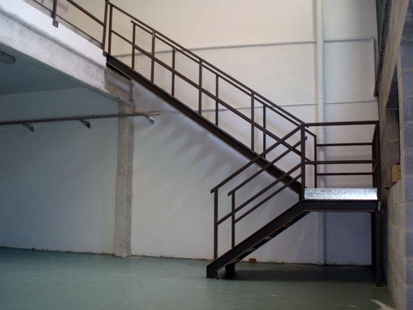 Dise o y fabricaci n de escaleras pasarelas barandillas - Puertas para escaleras ...
